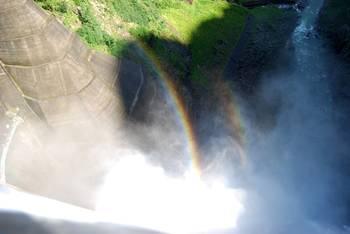 ダブルリング状になった黒部ダムの虹